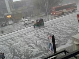અમદાવાદમાં કરા સાથે વરસાદ પછી રસ્તા પર પથરાઇ ગઈ બરફની ચાદર, જુઓ તસવીરો