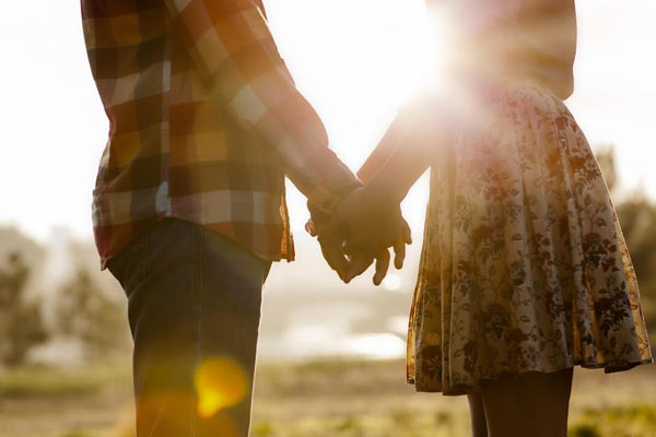 Hands-holding-couple-love-photo2