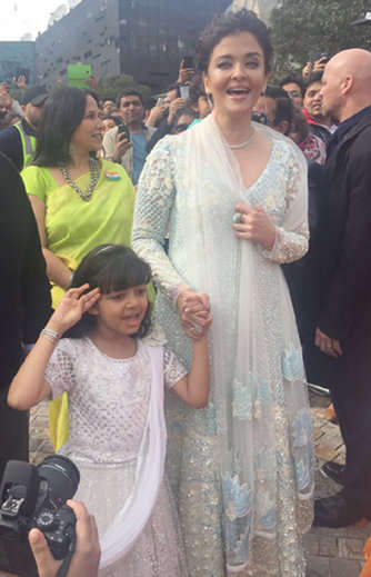 2-Aishwarya Rai Bachchan and daughter Aaradhya hoist Indian flag in Melbourne