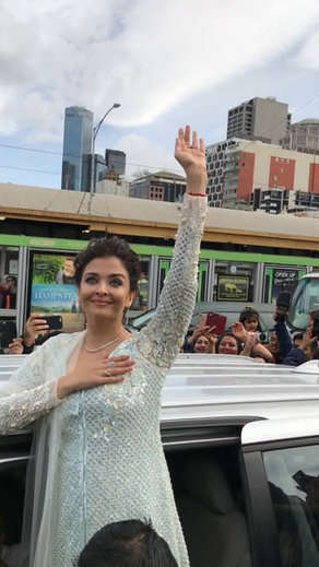 5-Aishwarya Rai Bachchan and daughter Aaradhya hoist Indian flag in Melbourne