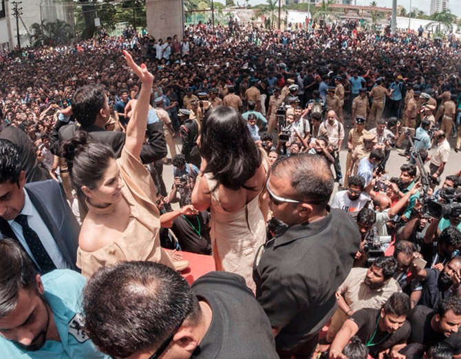 2-bollywood actress sunny leone takes kochi by storm huge fans video goes viral