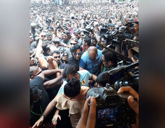 3-bollywood actress sunny leone takes kochi by storm huge fans video goes viral