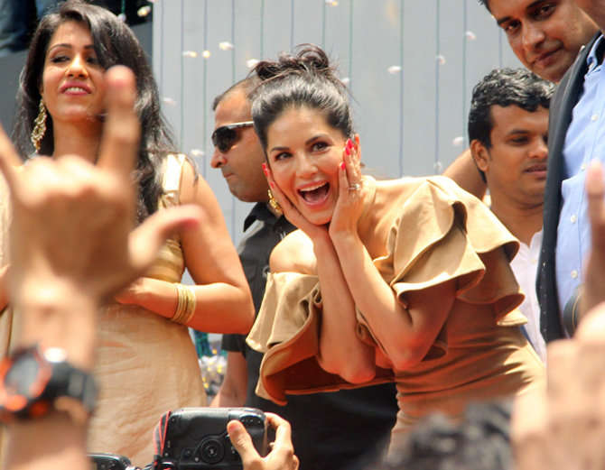 4-bollywood actress sunny leone takes kochi by storm huge fans video goes viral