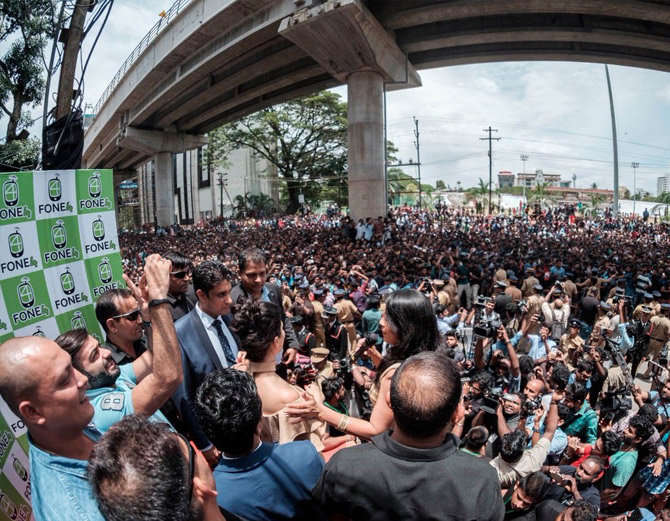 6-bollywood actress sunny leone takes kochi by storm huge fans video goes viral
