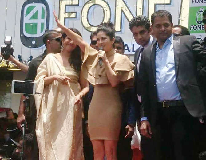 9-bollywood actress sunny leone takes kochi by storm huge fans video goes viral