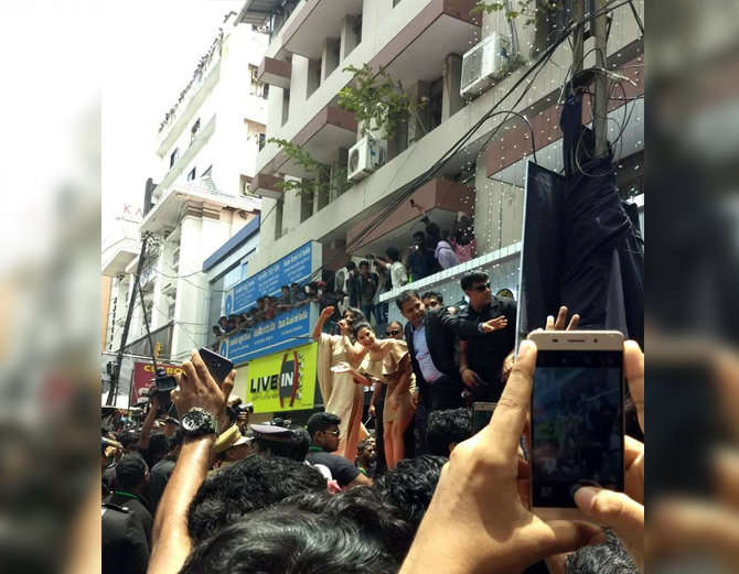10-bollywood actress sunny leone takes kochi by storm huge fans video goes viral