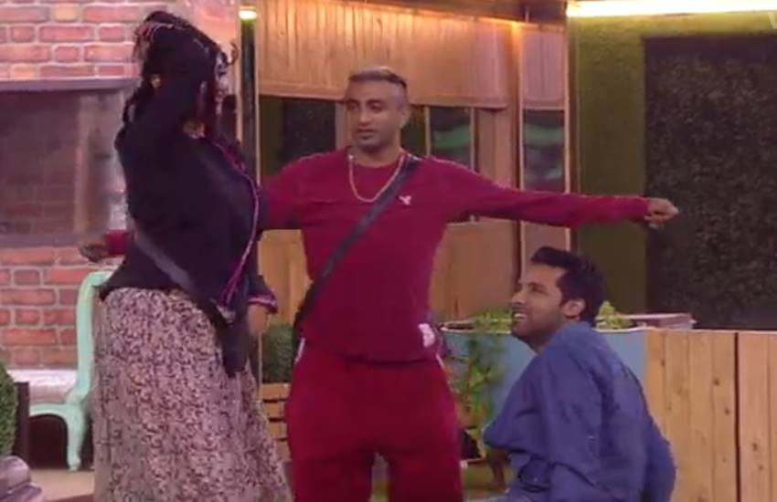 4-akash dadlani asked arshi khan to show her cleavage in bigg boss house