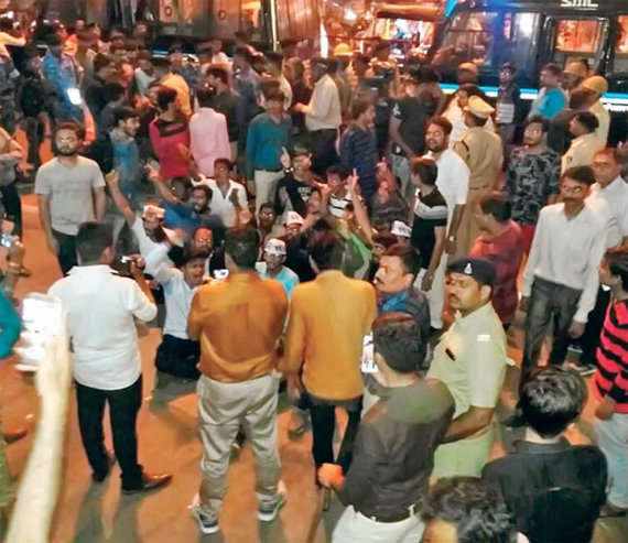 3-gujarat poll paas protest surat police detaing paas workers congress leaders
