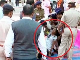 CM વિજય રૂપાણીની સભામાંથી શહીદ જવાનની પુત્રીને ટીંગાટોળી કરી મહિલા પોલીસ બહાર લઈ ગઈ, જાણો કેમ
