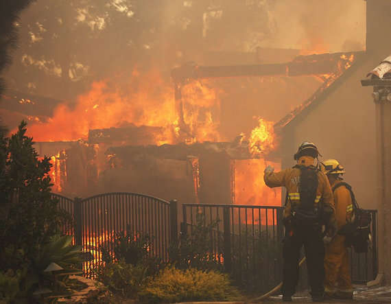 5-california wild fire enters the heart of los angeles in the united states