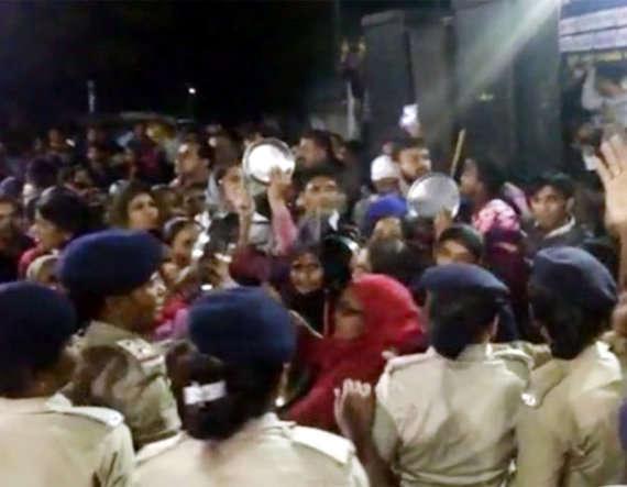 2-women protest against parshottam rupalas election rally in mehsana visnagar patidar