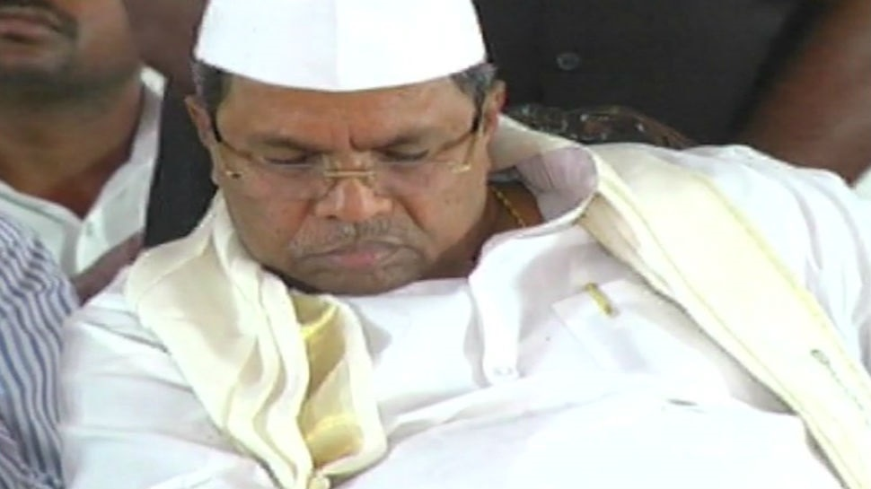 1-Twitter in splits after Karnataka CM Siddaramaiah dozes off on stage yet again