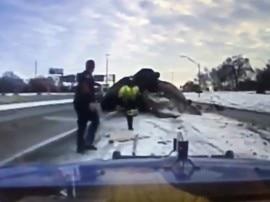 આ વ્યક્તિના માથાની એક ઇંચ ઉપરથી નીકળી ગઇ બેકાબુ કાર, વીડિયો થયો વાયરલ