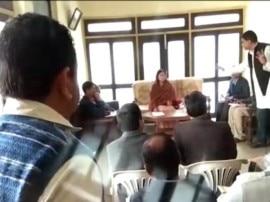 કેંદ્રીય મંત્રી મેનકા ગાંધીએ સરકારી અધિકારીને આપી ગાળો, સપ્લાઈ ઈંસ્પેક્ટરને જાહેરમાં ખખડાવ્યા