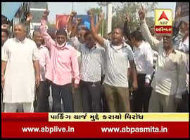 rickshaw drivers  protest against park charges at vadodara railway station