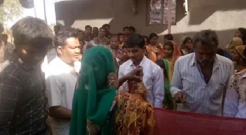 1-gujarat truck fells in drain in bhavnagar 25 dead