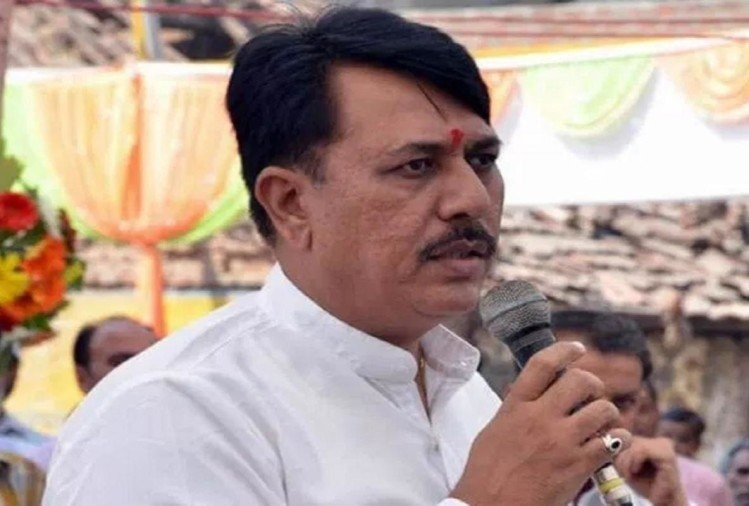 2-gujarat-congress-presidents-amit-chavda-brother-caught-with-liquor
