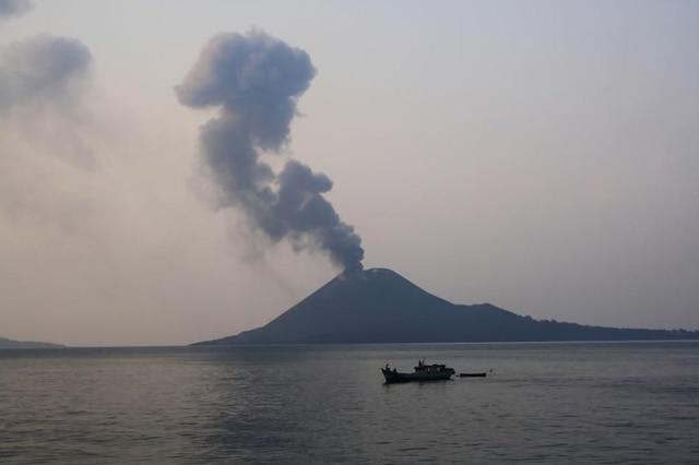 volcano tsunami hits indonesia after krakatoa eruption
