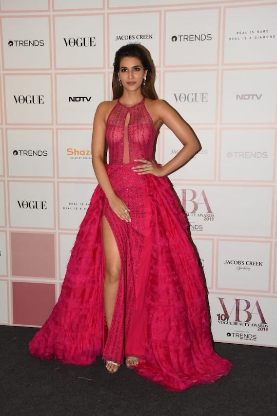 पिंक गाउन में Vogue Beauty Awards में पहुंचीं कृति सैनन, ग्लैमरस अंदाज से जीता सबका दिल